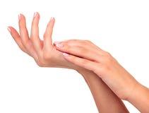 Женские руки с сливк Стоковые Фотографии RF