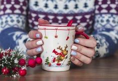 Женские руки с чашкой чаю стоковые изображения rf