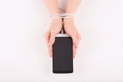 Женские руки с smartphone Стоковые Фото