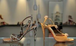 женские сандалии ультрамодные стоковое изображение rf