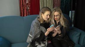 Женские секреты gossiping девушки bff приятельства видеоматериал