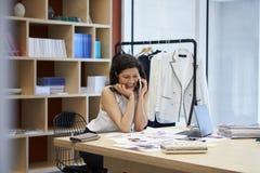 Женские средства массовой информации творческие используя smartphone в офисе, конец вверх стоковое фото rf