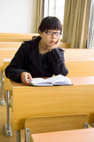 женские студенты чтения стоковое изображение
