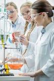 Женские ученые в лаборатории Стоковая Фотография RF