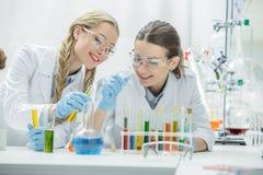 Женские ученые в лаборатории Стоковое Изображение