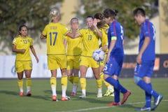 Женские футболисты празднуя цель стоковая фотография