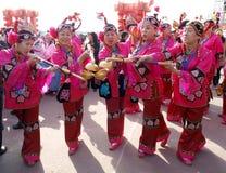 Женские художники танцульки в улице Стоковое фото RF