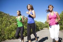 женские joggers outdoors совместно стоковые изображения rf