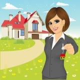 Женский агент недвижимости держа ключ нового дома бесплатная иллюстрация
