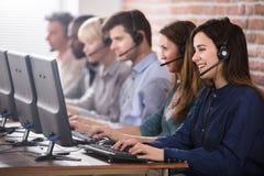 Женский агент обслуживаний клиента в центре телефонного обслуживания