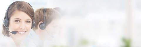 Женский агент обслуживания клиента в центре телефонного обслуживания Стоковые Фото