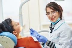 Женский азиатский доктор дантиста на работе Стоковое Изображение