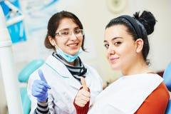 Женский азиатский доктор дантиста на работе Стоковое фото RF