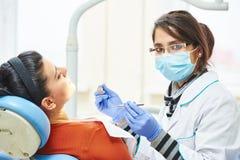 Женский азиатский доктор дантиста на работе Стоковые Изображения