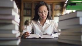 Женский азиатский студент в белой рубашке и стильных круглых стеклах акции видеоматериалы