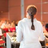 Женский академичный профессор читая лекцию на факультете стоковая фотография