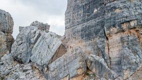 Женский альпинист утеса на самой высокой вершине Cinque Torri ` Cortina d стоковые фото