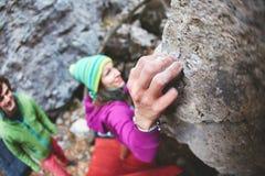 Женский альпинист утеса Стоковое фото RF
