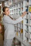 Женский аптекарь в аптеке Стоковые Изображения