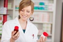 Женский аптекарь держа бутылки медицины Стоковое Изображение