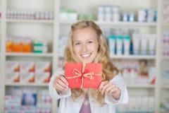Женский аптекарь с подарком карточки талона бонуса Стоковое Изображение