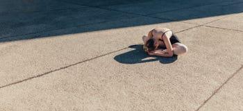 Женский артист балета нагревая перед практикой стоковые изображения rf