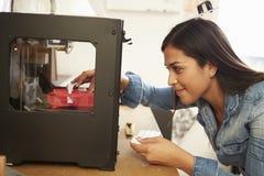 Женский архитектор используя принтер 3D в офисе Стоковые Фото