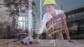 Женский архитектор смотря светокопии со строительной площадкой иллюстрация вектора