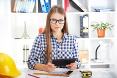 Женский архитектор с цифровой таблеткой Стоковое фото RF