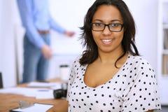 Женский афроамериканец на встрече или методе мозгового штурма Концепция молодой команды бизнесменов или студентов стоковая фотография