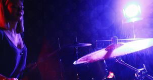 Женский барабанщик играя на барабанчике установленном 4k видеоматериал