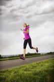 Женский бегунок разрабатывая на ненастный день Стоковые Фотографии RF