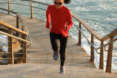 женский бегун бежать вверх на следе побережья Стоковые Фотографии RF