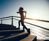 Женский бегун бежать вверх на следе побережья Стоковые Изображения