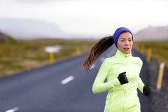 Женский бегун бежать в теплой одежде снаружи Стоковые Изображения