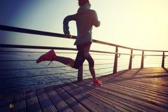 Женский бегун бежать на променаде взморья Стоковые Изображения RF
