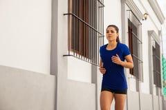 Женский бегун в городе Стоковые Фото