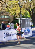 Женский бегун - голубое †«Roanoke марафона Риджа, Вирджиния, США Стоковые Изображения RF