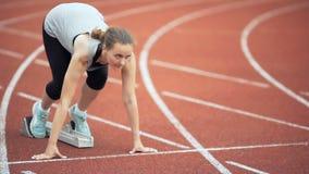 Женский бегун начиная на стадионе видеоматериал