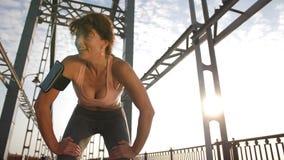 Женский бегун останавливает для того чтобы отдохнуть и уловить дыхание сток-видео