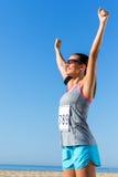 Женский бегун при номер старта показывая выигрывая ориентацию стоковые изображения rf
