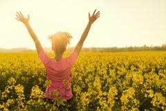 Женский бегун спортсмена женщины празднуя в желтых цветках Стоковые Фотографии RF