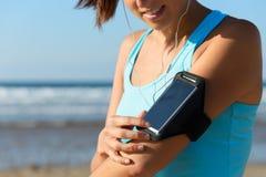 Женский бегун с диапазоном спорта руки Стоковое Изображение RF