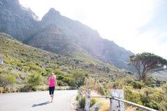 Женский бегун с предпосылкой горы Стоковое Изображение RF