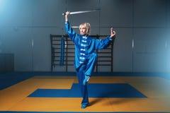 Женский боец wushu с шпагой в действии Стоковые Изображения RF