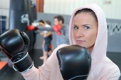 Женский боксер смотря камеру Стоковая Фотография