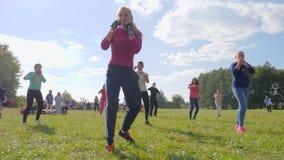 Женский бокс в парке на небе предпосылки голубом, здоровый образ жизни акции видеоматериалы