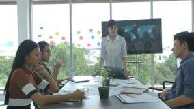 Женский босс быть сердитый и присягая во время деловой встречи акции видеоматериалы