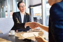 Женский босс делая успешную коммерческую сделку Стоковые Изображения