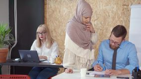 Женский босс работая вместе с работниками видеоматериал